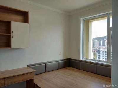 卧龙福地,精装修婚房,面积108平,三室两厅一卫好户型,赠送100平米大平台