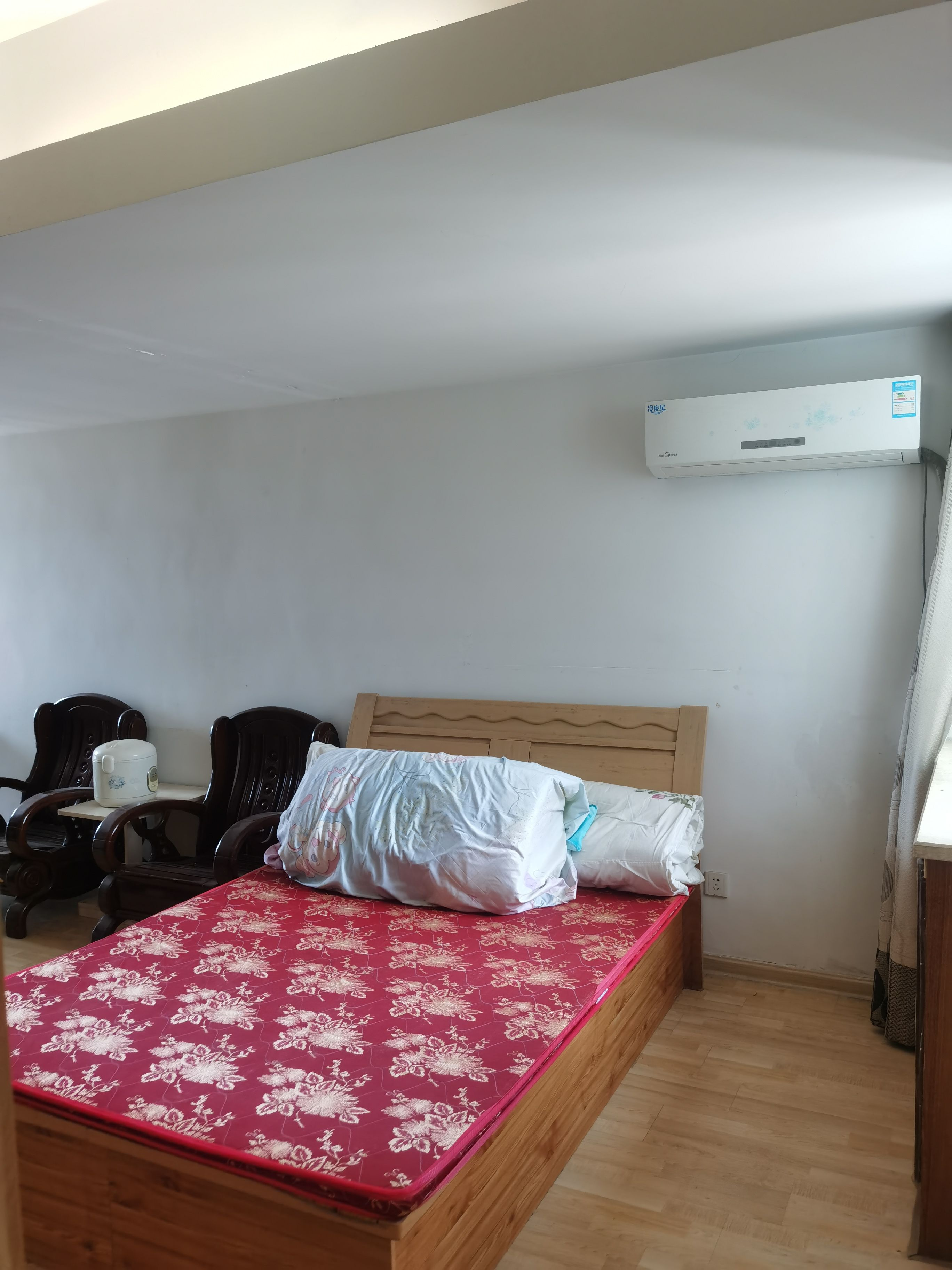 国际海水浴场附近 自由东方1室1厅1卫60平米1300元/月家具家电齐全空调