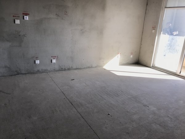 威高花园 钦和苑 电梯房102平毛坯房 带草厦子 143.8万